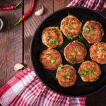 Kyllingefrikadeller med gulerod og foraarsloeg